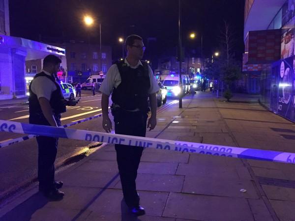 目前警方正在處理受傷的民眾。(路透)