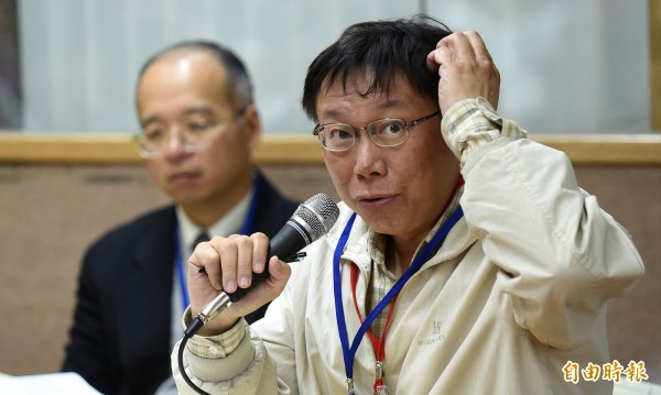 台北市長柯文哲因為2011年爆發的台大醫院失誤移植愛滋器捐案,遭監察院彈劾及公務人員懲戒委員會降二級改敘,柯不服聲請再議,公懲會在今年駁回。柯文哲決定放棄再議,繼續往前看。(資料照,記者劉信德攝)