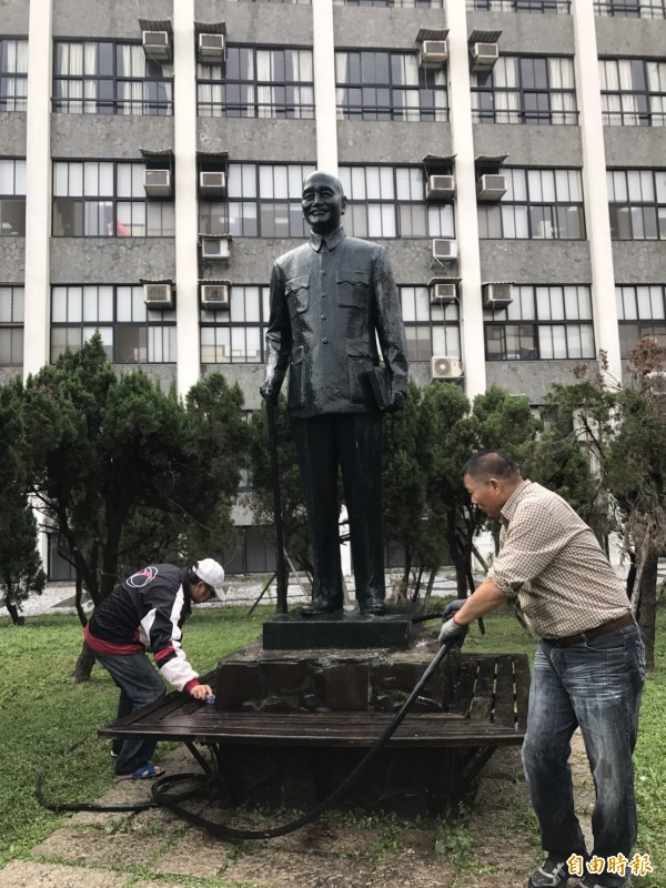 輔仁大學蔣介石銅像原本的樣子。(資料照)