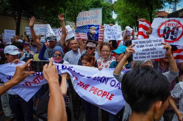 越南民眾近日抗議越南當局的經濟特區草案,並傳出寶成工業子公司裕元工業(集團)有限公司設於胡志明市、前江省、西寧省的鞋廠部分單位被迫停工,還發生大規模罷工。圖為抗議的越南民眾。(歐新社)