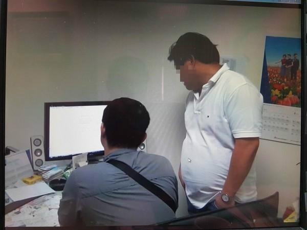 警方搜索報關行「捷霖」公司,其公司藍姓老闆(白色衣服)在旁。(翻攝資料照)