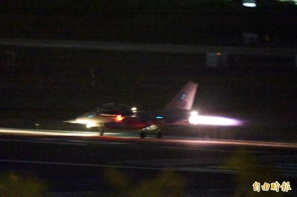 美軍兩架F-18大黃蜂戰機昨天因為機械故障,迫降台南空軍基地,台南基地昨晚的飛航作業並不受影響,民航機都正常起降,我國的IDF戰機也正常進行夜航訓練。(記者張忠義攝)