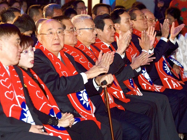 Chinese Nationalist Party (KMT) Chairman Wu Den-yih, fifth left, is flanked by former chairwoman Hung Hsiu-chu, second left, and former chairmen Wu Po-hisung, third left, Lien Chan, fourth left, Ma Ying-jeou, sixth left, and Eric Chu, seventh left, at a ceremony commemorating the 30th anniversary of the passing of former president Ching Ching-kuo at the Taipei Hero House in Taipei yesterday. Photo: Peter Lo, Taipei Times
