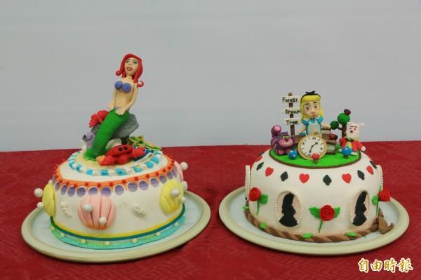 以「海底世界」(左)及「愛麗絲夢遊仙境」(右)為主題的翻糖蛋糕。(記者鄭名翔攝)