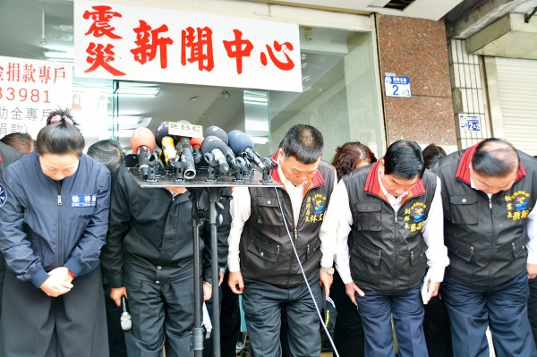 Hualien County Commissioner Fu Kun-chi, second left, and other county officials yesterday bow and thank rescuers who came to Hualien's aid after it was hit by a magnitude 6.0 earthquake on Tuesday last week. Photo: Wang Chun-chi, Taipei Times