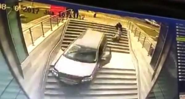 網友認為應該是駕駛誤踩油門車子才衝出去。(圖擷取自《爆料公社》網站)