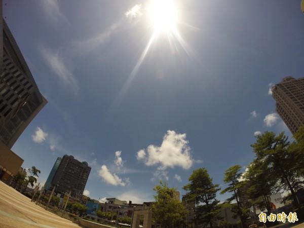 連日炎熱,一名59歲工人日前在烈日下工作,不敵高溫中暑昏迷,送醫時體溫飆到43.9度,雖救回一命,但腦部恐已受損。(資料照,記者黃智源攝)