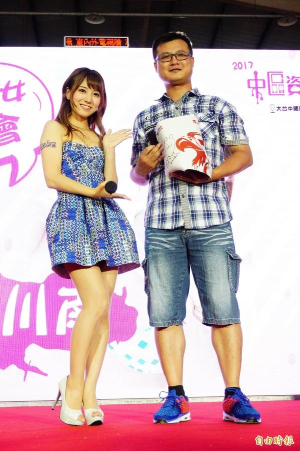 優勝者獲得初川南親筆簽名的電競滑鼠組及限量簽名海報。(記者何宗翰攝)