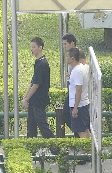 新北地方法院審理北捷殺人案,傳喚鄭捷(左)出庭。(記者陳志曲攝)