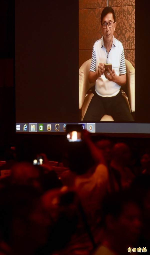 陳水扁在錄影影像中表示,他要向死忠兼換帖的朋友深深一鞠躬,感謝大家出錢出力,才會有今天的餐會。(記者簡榮豐攝)