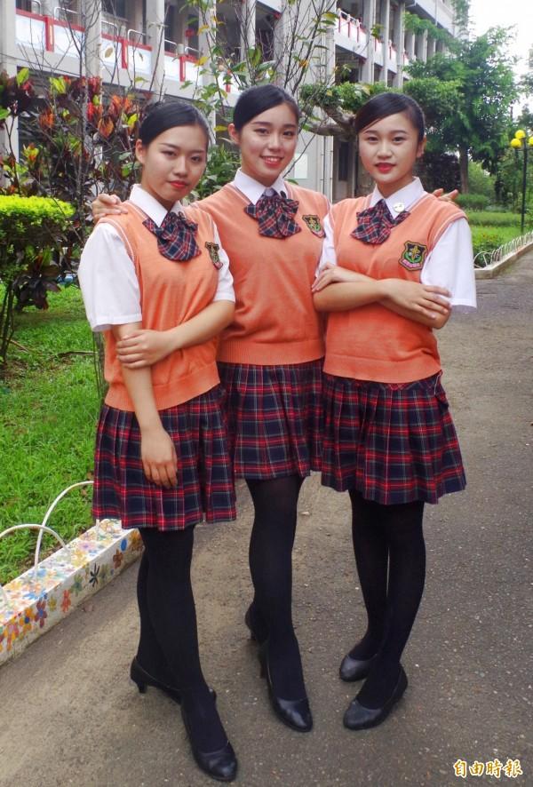 美保科科服由學姐自行設計配色,曾入選「台灣女高中生制服畫冊」南台灣最美制服之一。(記者王善嬿攝)