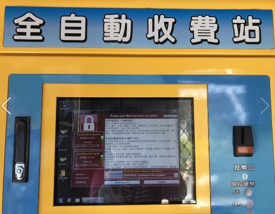 有網友指出,日前友人赴停車場繳費取車時,驚見機器螢幕出現勒索病毒的畫面。(圖翻攝自批踢踢)