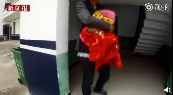 中國一名男子到警局報案,聲稱女兒的屍體被包在毛毯裡,沒想到事後證實一切都是男子吸毒後產生的幻覺。(圖翻攝自《新京報-我們視頻》)