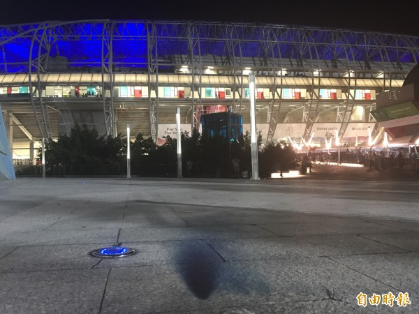 台北田徑場外留下煙幕彈痕跡。(記者郭安家攝)