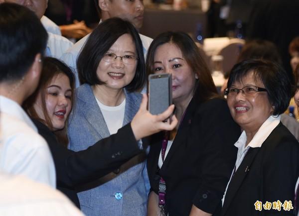 總統蔡英文(左二)11日出席民進黨「2017CALD亞洲自由民主聯盟—女權高峰會」開幕致詞,與會人士持手機與蔡總統自拍合影。(記者廖振輝攝)