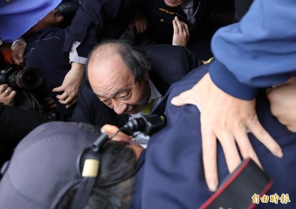 民進黨立法院黨團總召柯建銘去年遭勞團潑水抗議並出手追打,網路討論聲量暴衝。(資料照,記者王藝菘攝)