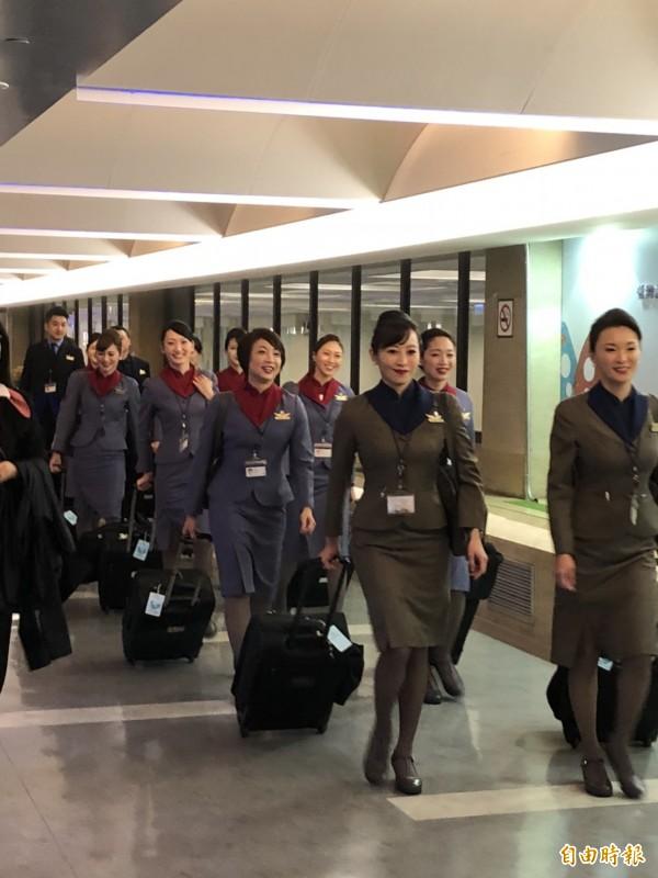總統蔡英文上午搭專機飛史瓦濟蘭訪問,華航空姐提早登機準備。(記者蘇永耀攝)