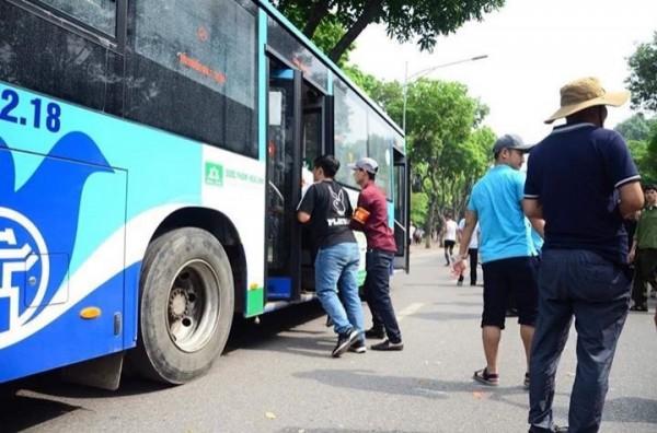 抗議民眾與警方爆發衝突,有媒體目擊民眾遭便衣警察強拉上鄰近巴士。(圖擷取自Twitter)