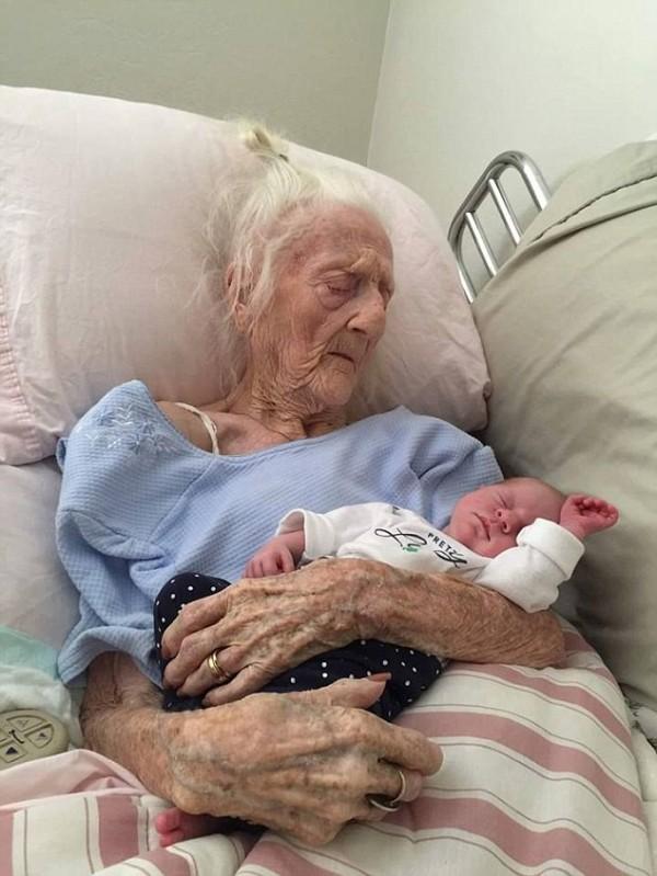 101歲祖母抱著剛出生的小曾孫女安詳辭世的照片,帶起風潮。(圖擷取自英國《每日郵報》)