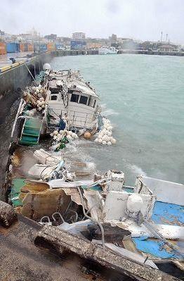 「德鴻發」與「勝吉輝6號」進入宮古島避颱風,不料卻發生纜繩斷裂意外。(圖擷取自琉球新報)