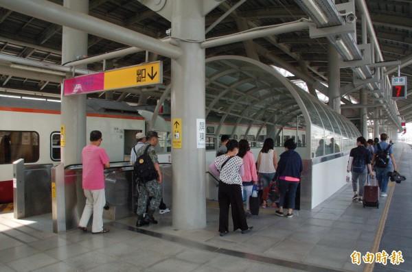 為防堵民眾利用月台證逃票,台鐵計畫修正規定,將明訂月台證僅限同站1小時內進出,逾時將收15元。(資料照,記者李立法攝)