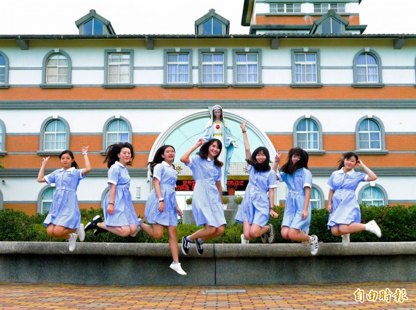聖母護校制服保留了少女的青春氣息,也蘊含護理師專業形象。(記者簡惠茹攝)