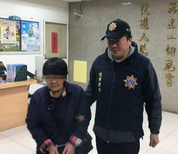 前科累累的71歲的喑啞扒竊老婦黃金枝,遠自台中北上作案。(記者劉慶侯翻攝)