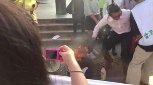 陳妙婷等5人去年10月28日在228公園召開「十月淪陷 反殖焚旗」記者會,會中除焚燒中華民國國旗,在採訪邀請的聲明中也坦承是他們在國慶日凌晨破壞國旗。(圖擷自陳妙婷臉書影片)