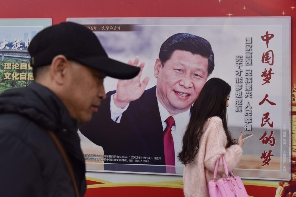 中國人大11日以2958票贊成修憲刪除國家主席「連續任職不得超過兩屆」的規定,習近平的國家主席任期可至2023年後。王丹則諷刺的說,「所有對習近平和中共會逐漸走向民主的幻想,已經被徹底擊碎」。(法新社)
