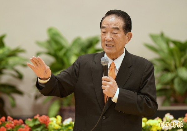 「第25屆APEC經濟領袖會議代表團」13日在總統府舉行返國記者會,總統特使宋楚瑜說明此行收穫。(記者張嘉明攝)