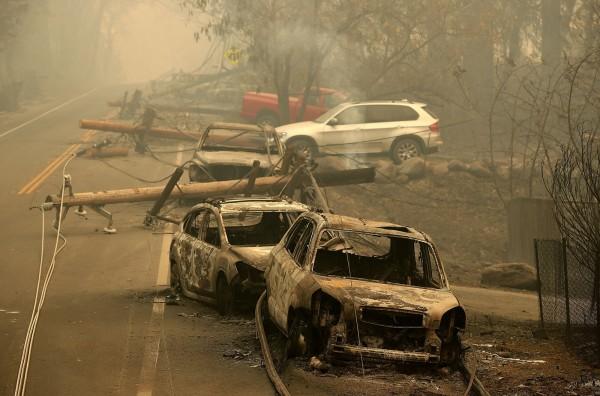 路邊車輛也難逃野火肆虐。(法新社)