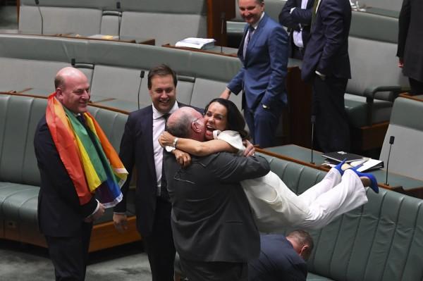 同婚法案過關後,澳洲眾院高聲歡呼、鼓掌、互相擁抱,有議員甚至喜極而泣。(歐新社)