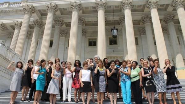 露手臂也不行?美國女性議員於美國時間週五,在華盛頓大廈為穿著無袖上衣的權利抗議。