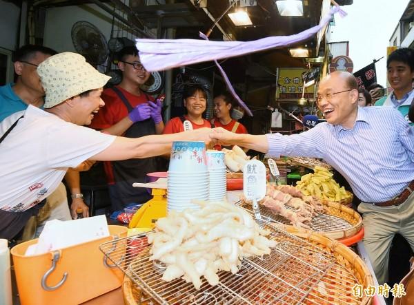接受民進黨徵召再戰新北的蘇貞昌今天走訪八里渡船頭商家,尋求鄉親支持。(記者朱沛雄攝)