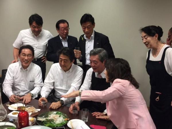 在西日本暴雨加劇的5日晚間,安倍晉三與約50位自民黨議員在東京赤坂的眾院議員宿舍舉行宴會。(圖取自推特)