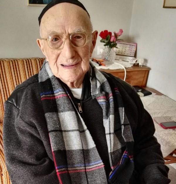 曾躲過猶太人大屠殺,且以世界最長壽男性著名的人瑞以色列.克里斯塔爾(Yisrael Kristal)昨(11)日過世,享壽113歲。(法新社)