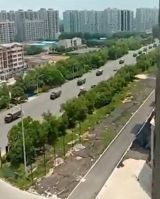 中國鎮江老兵維權抗爭擴大,有網友PO網拍到軍車進入鎮江。(圖擷取自網路)