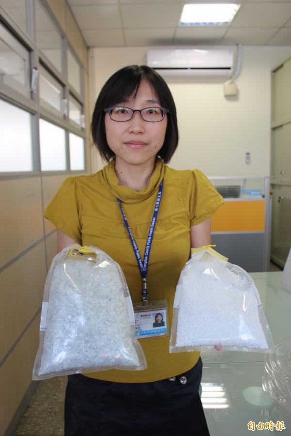 衛生局食品衛生科長林毓芬手裡拿著合法可做成食品容器的塑膠料(右),和法規規定不能用在做食品容器的寶特瓶回收塑料。(記者張聰秋攝)