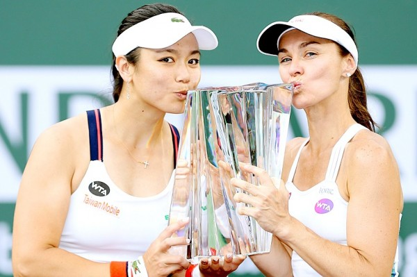 Chan Yung-jan, left, and Martina Hingis on Saturday pose for photographers after defeating Lucie Hradecka and Katerina Siniakova in the women's doubles final at the BNP Paribas Open at the Indian Wells Tennis Garden in Indian Wells, California. Photo: AFP