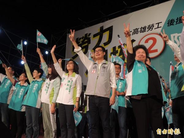 總統府秘書長陳菊今晚專程到場站台,希望鄉親們不要沈默,高雄人要站出來支持陳其邁。(記者王榮祥攝)