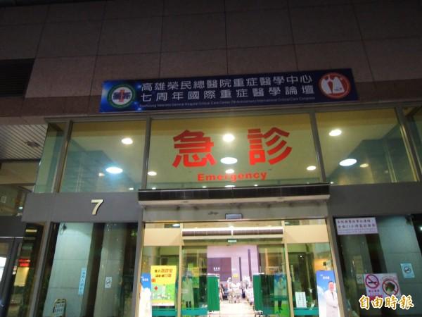國道岡山路段車禍造成6死意外,其中1人送到高雄榮總前死亡。(記者黃旭磊攝)