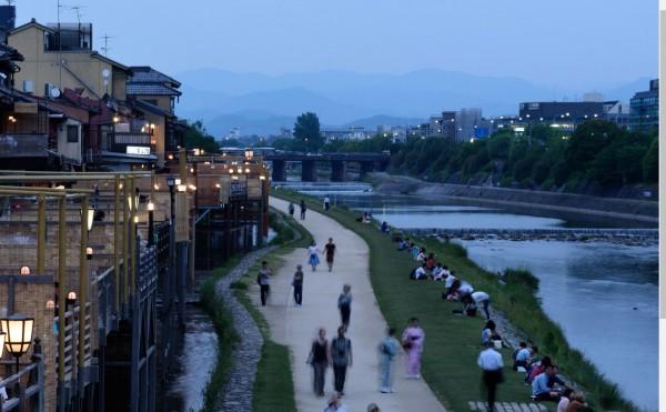 日本京都府東山署警方在昨(20)日逮捕一名使用望遠數位相機的偷拍犯,在京都鴨川一側,朝著河對岸的高中女生裙底偷拍。圖為鴨川。(彭博)