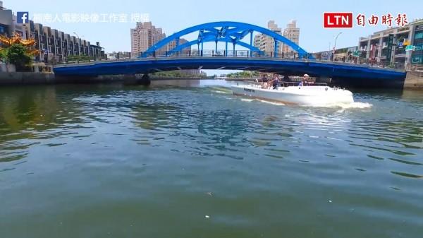 台南運河共有12座橋,圖為行經望月橋時從船上看過去的景象。(FB粉專/熊南人電影映象工作室授權提供)