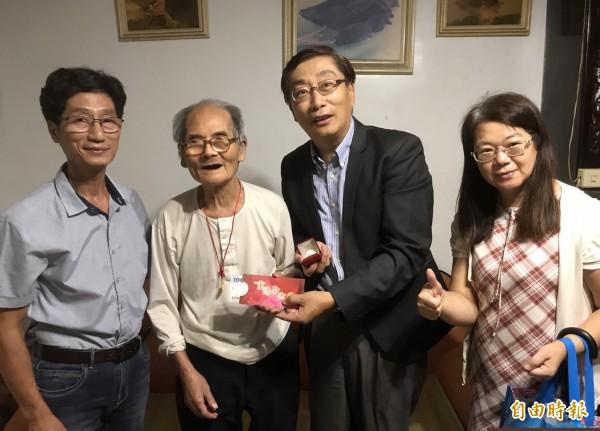 瑞芳最長壽的103歲人瑞陳榮官(左二),今天看到瑞芳區長陳奇正(右二)到訪,笑得合不攏嘴。(記者林欣漢攝)