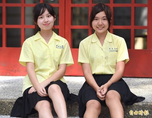 景美女中制服黃襯衫搭黑褶裙,55年來不變,獨樹一格,素有「黃衫客」之稱。(記者廖振輝攝)