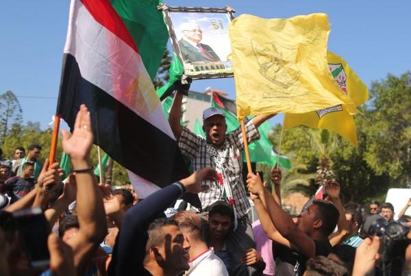 消息宣布後,加薩地區民眾上街歡慶。(法新社)