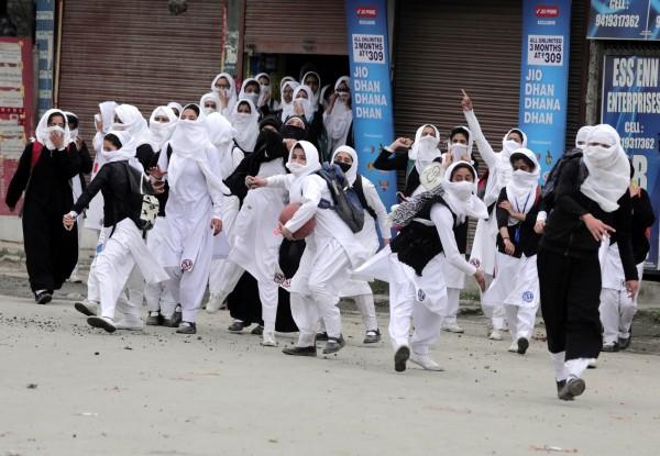 大批學生在下課後集結成群上街抗議,高喊「我們要自由!」、「滾回你的印度去!」(歐新社)
