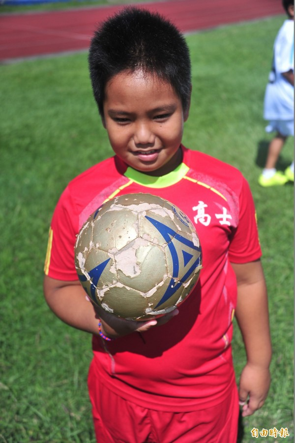 牡林孩子愛踢球,即便球已經破皮。(記者蔡宗憲攝)