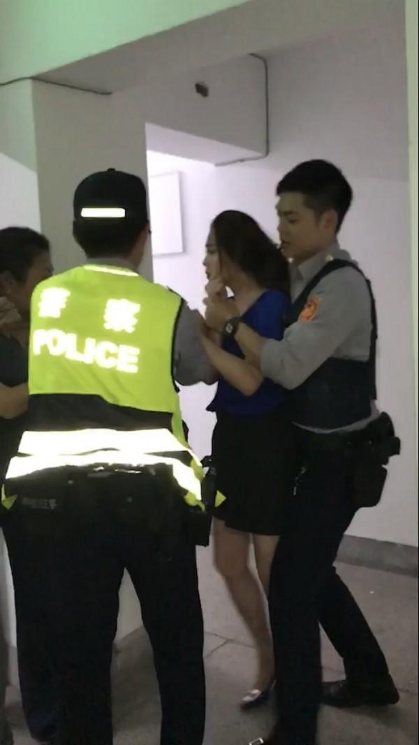 李婉鈺29日深夜與沈姓鄰長爆發拉扯,被警方拉開。(鄰居提供)