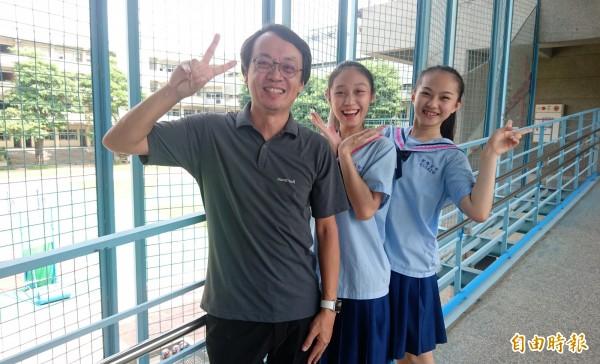 家齊高中男生制服設計搭配女生,校長張國津(前)曾為男生制服走秀。(記者劉婉君攝)